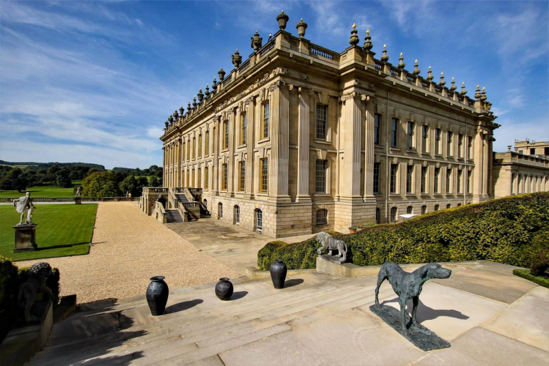 chatsworth-house-main-building-on-a-sunny-day