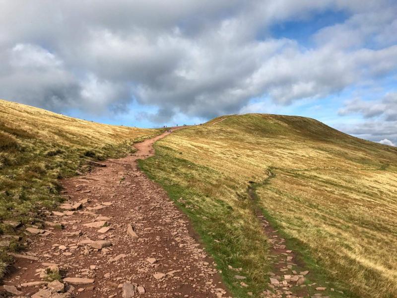less-steep-descend-from-pen-y-fan-mountain-red-sandstone-path