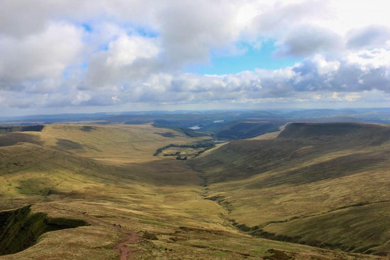 route-down-to-cribyn-peak-from-pen-y-fan-peak
