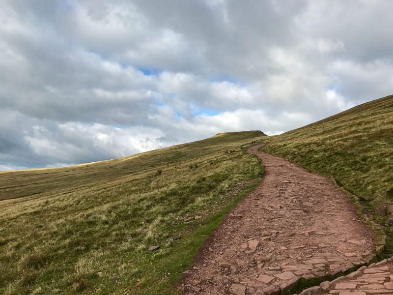 walk-down-from-pen-y-fan-corn-du-mountain-brecon-beacons-2