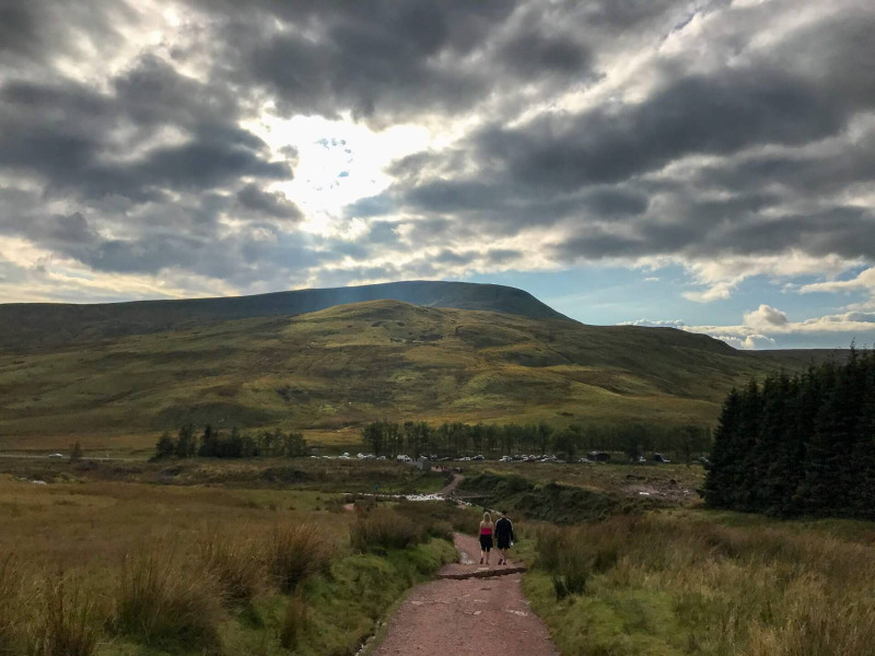 walk-down-from-pen-y-fan-corn-du-mountain-brecon-beacons-5