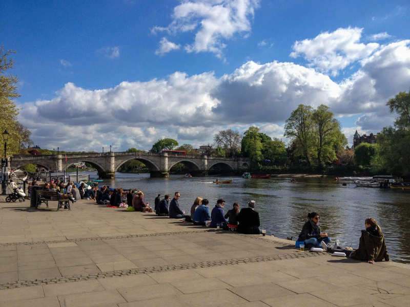 Richmond-riveride-people-sat-by-the-river