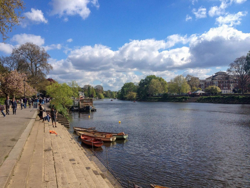 Richmond-riverside-on-thames-boats