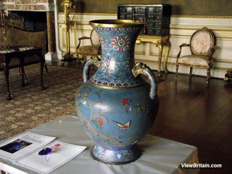 19th-century-Chinese-Cloissone-Vase-in-Chirk-Castle-Wales