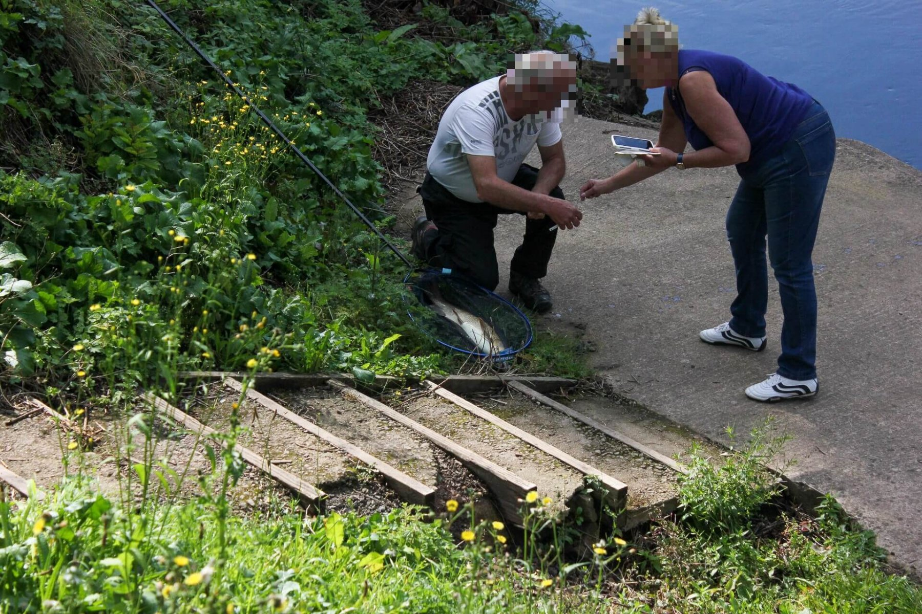 couple-fishing-in-river-wye-symonds-yat-east-newport-anglers-stretch