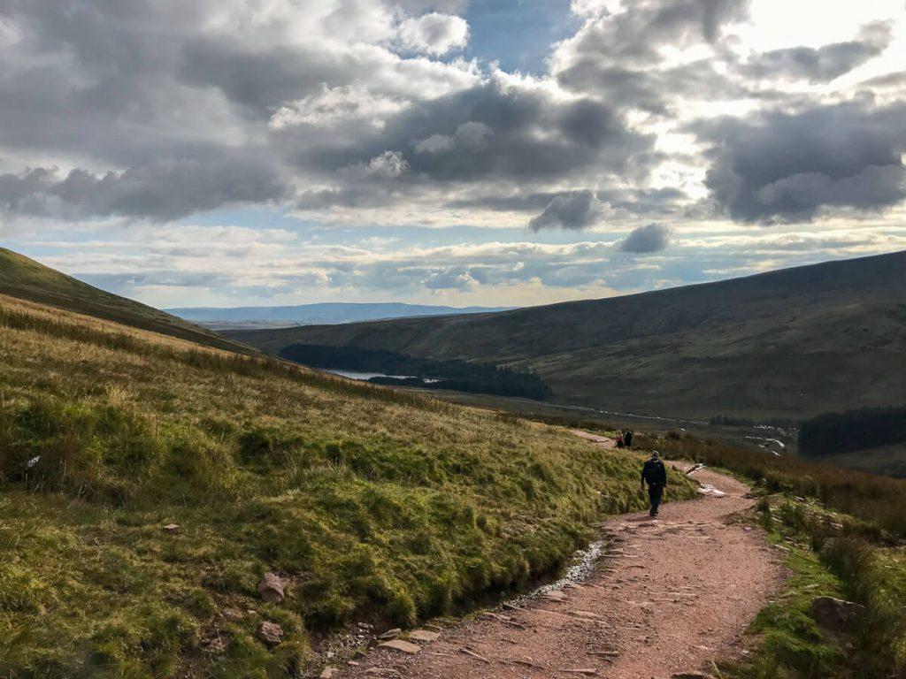 walk-down-from-pen-y-fan-corn-du-mountain-brecon-beacons-4