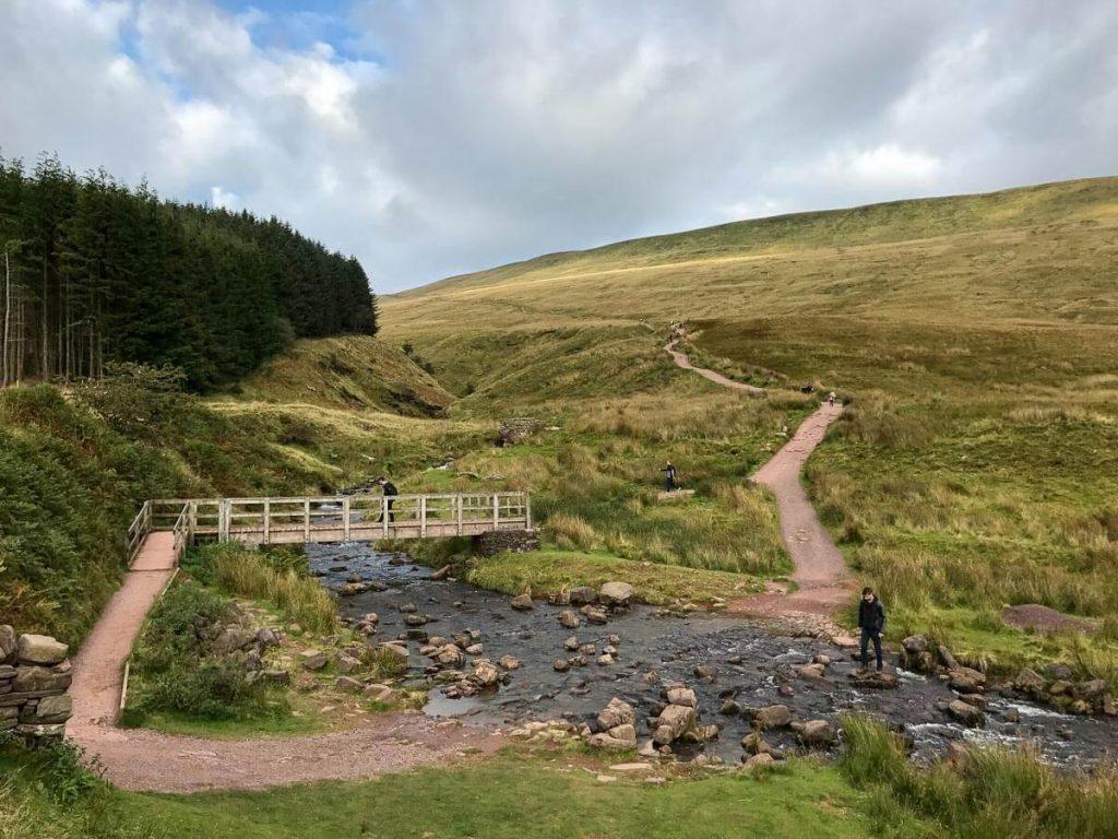 walk-down-from-pen-y-fan-corn-du-mountain-brecon-beacons-5-final-approach-to-car-park-bridge-crossing-stream